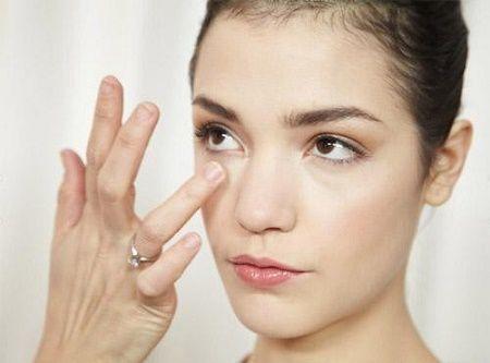 Mẹo chữa mụn quanh mắt