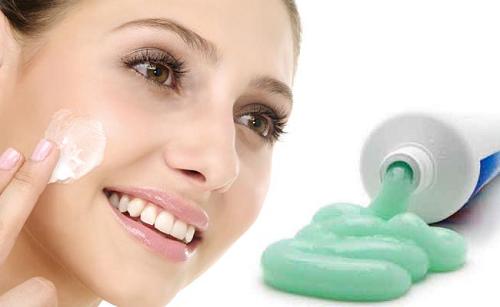 Mẹo trị mụn bằng kem đánh răng