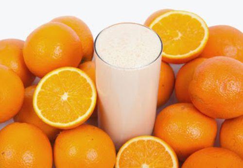 Tắm trắng tại nhà bằng sữa tươi và cam