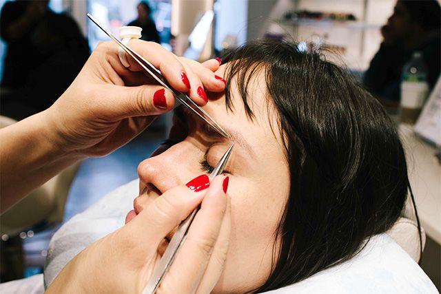 """4 phương pháp làm đẹp cho lông mày """"cũ và mới"""" trên thế giới"""