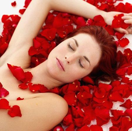 9 cách sử dụng nước hoa hồng để làm đẹp toàn thân