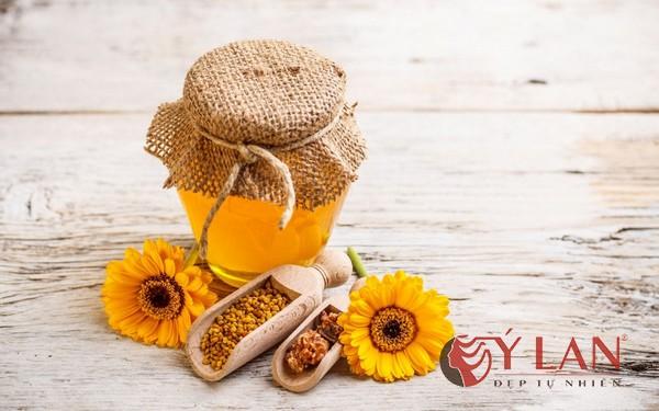trị môi thâm bằng mật ong
