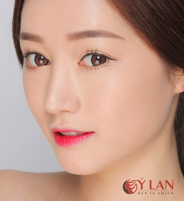 phun môi màu đỏ hồng