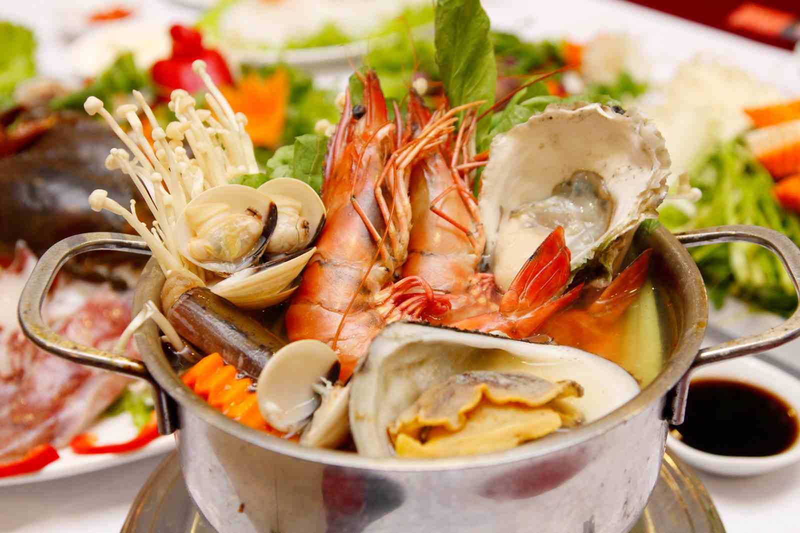 Phun môi xong có ăn đồ biển được không?